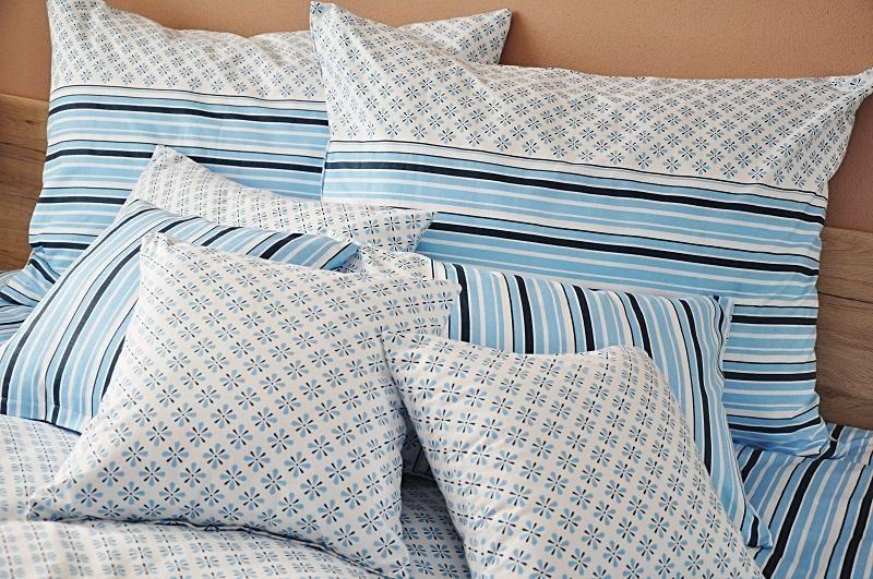 Bavlněné povlečení modré barvy s motivem ornamentů a proužků