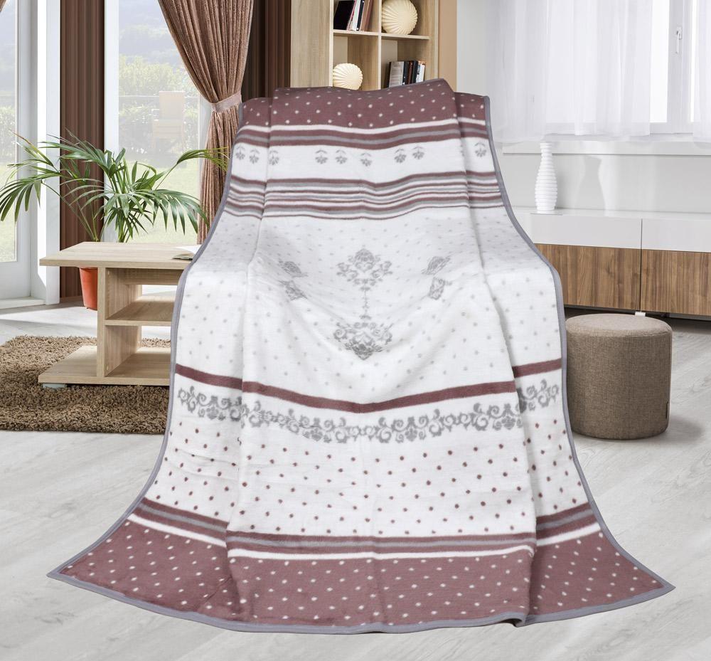 Hřejivá deka s atraktivním a romantickým vzorem laděná do starorůžové barvy
