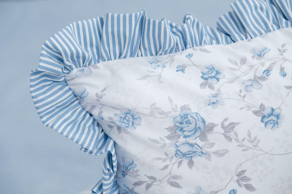 Povlak s kanýrem se vzorem modrého drobného proužku a růže