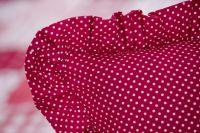Povlečení selského stylu se vzorem drobného bílého puntíků na červeném podkladu