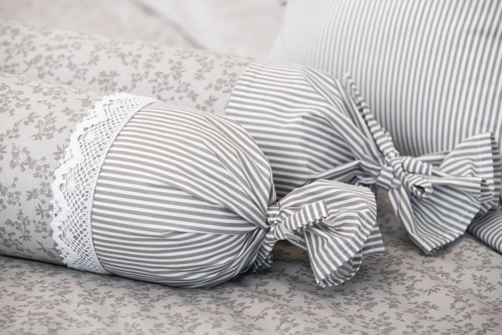 Povlak váleček s šedým drobným proužkem a kytičkami