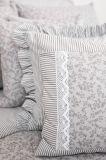 Povlečení oboustranné selského stylu se vzorem proužků a kytiček laděné do šedé barvy