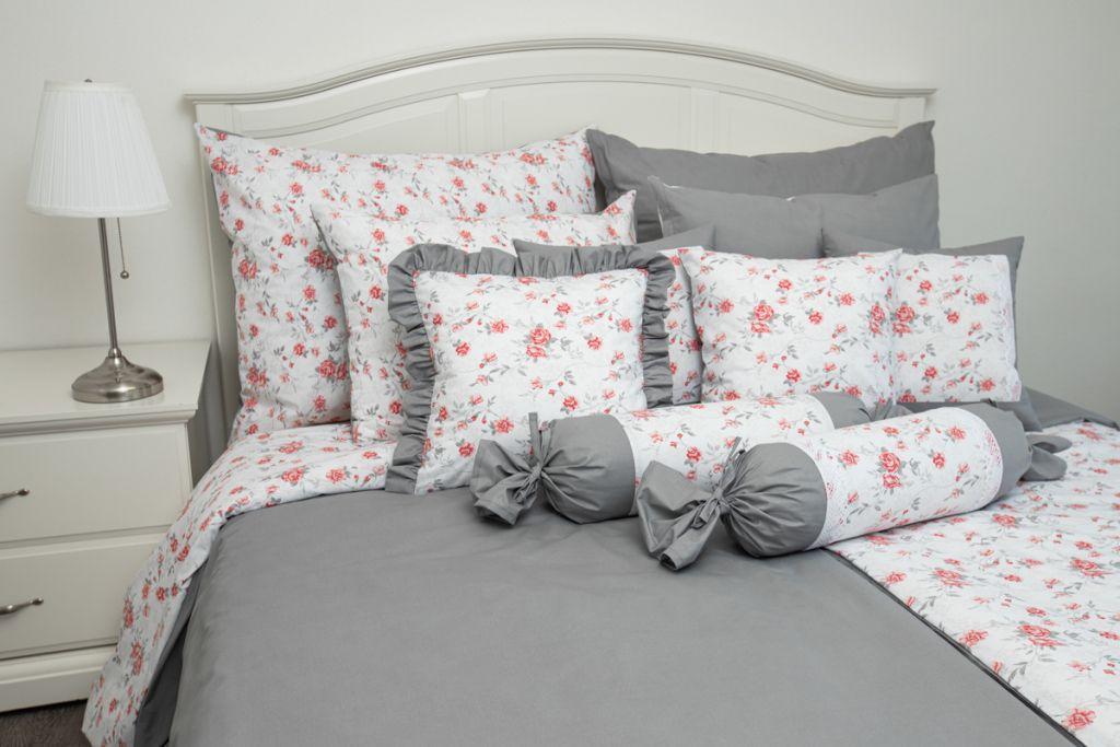 Povlečení oboustranné selského stylu se vzorem růže laděné do červené barvy a jednobarevné šedé