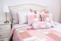 Krepové povlečení oboustranné selského stylu se vzorem patchworku růžové barvy v kombinaco puntíku
