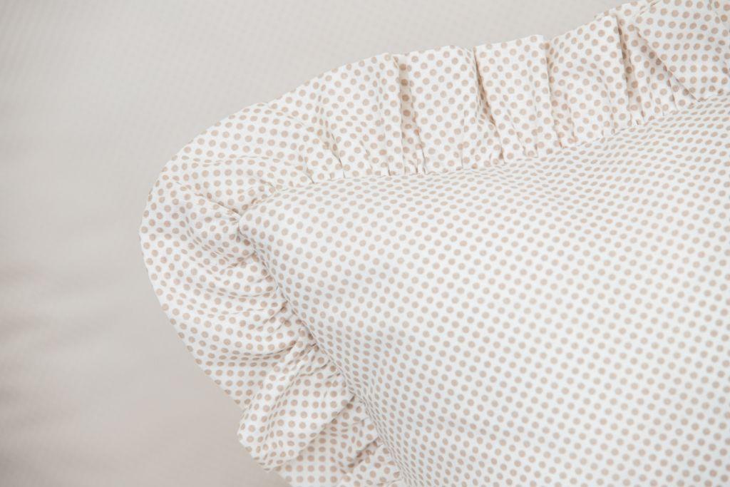 Povlak s kanýrem se vzorem béžových puntíků