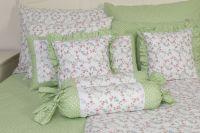 Krepové povlečení oboustranné selského stylu se vzorem drobných kytiček a puntíků laděné do zelené barvy